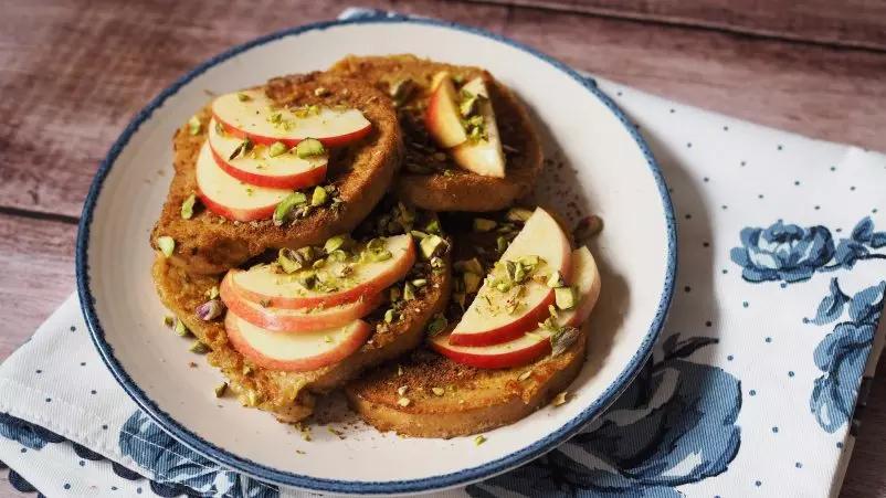Prancūziškas skrebutis su obuoliais, cinamonu ir pistacijomis